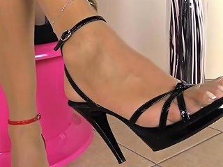 Blonde Shemale Pumps...